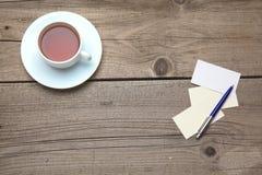 Leere Visitenkarten mit Stift- und Teeschale an Stockbild