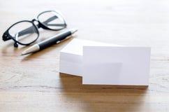 Leere Visitenkarten, Stift und Brillen auf Tabelle Stockbilder