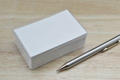 Leere Visitenkarten und Bleistift auf Holztisch Lizenzfreie Stockfotografie