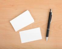 Leere Visitenkarten und Stift Stockfotografie