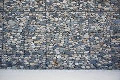 Leere Wand hergestellt von den Steinen und von der Betondecke Lizenzfreie Stockfotos