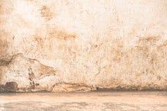 Leere Wand mit Bodenrand - drastische Hintergrundszene Lizenzfreies Stockfoto