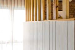 Leere Wand mit Unschärfesonnenlicht im Fenstergebäude, Lizenzfreie Stockbilder