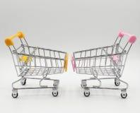 Leere Warenkorb-, rosa und Gelbe, Seitenansicht, lokalisiert auf weißem Hintergrund stockbild
