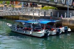 Leere Wassertaxiboote mit Schwimmwesten parkten bei Tioman, Malaysia Lizenzfreie Stockfotos