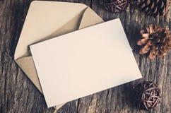 Leere Weißbuchkarte mit Braun schlagen ein lizenzfreie stockbilder