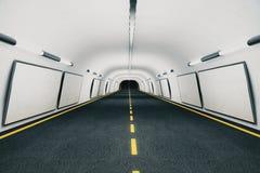Leere weiße Anschlagtafeln auf den Wänden im modernen leeren Tunnel Stockfoto