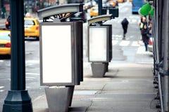 Leere weiße Anschlagtafeln auf der Telefonzelle mit zwei Öffentlichkeiten Stockfotos