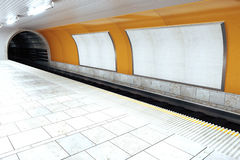 Leere weiße Anschlagtafeln in der leeren U-Bahnstation Stockbild