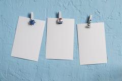 Leere weiße Fotografie drei auf einem Hintergrund des blauen Steins Freier Raum Lizenzfreies Stockfoto