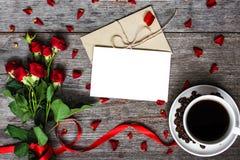 Leere weiße Grußkarte und -umschlag mit Kaffeetasse und roten Rosen Stockbilder