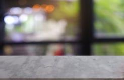 leere weiße Marmorsteintabelle vor abstraktem unscharfem Hintergrund des Café- und Kaffeestubeinnenraums kann für Anzeige verwend stockfotos
