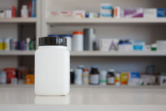 Leere weiße Medizinflasche mit Unschärferegalen der Droge Stockbilder