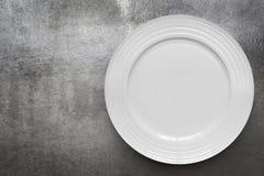 Leere weiße Platte über Gray Slate Top View Stockfoto