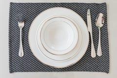 Leere weiße Platte, Abendesseneinstellung Stockbilder