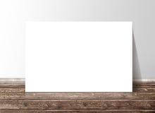 Leere weiße Rechteckpapier-Schablonenfahne auf dem Bretterboden Lizenzfreie Stockfotos