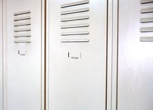 Leere weiße Schulmetallschließfächer Stockbild