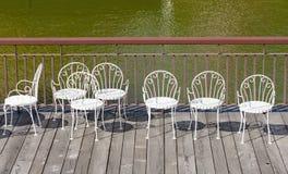 Leere weiße Stühle Stockfotografie