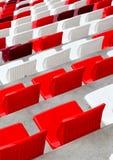 Leere weiße und rote Stadionssitze Stockbilder