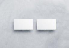 Leere weiße Visitenkartemodelle lokalisiert auf grauem strukturiertem Hintergrund Lizenzfreie Stockfotos