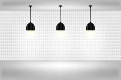 Leere weiße Wand mit Lampen Stockfoto