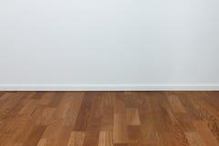 Leere weiße Wand und hölzerner Fußboden Stockfoto
