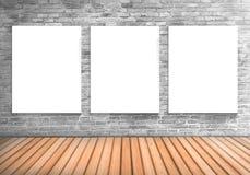 Leere weißes Brett des Spants drei auf einer konkreten blick Wand und einem woode Lizenzfreie Stockfotos