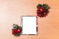 Leere Weihnachtsfotorahmen auf hölzernem Hintergrund Lizenzfreie Stockbilder