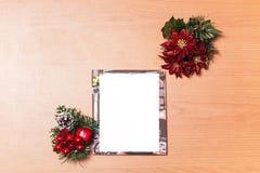 Leere Weihnachtsfotorahmen auf hölzernem Hintergrund Lizenzfreies Stockbild