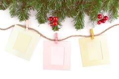 Leere Weihnachtsfotorahmen mit Tannenbaum und Dekor lizenzfreies stockfoto