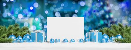 Leere Weihnachtskarte, die auf blauen Flitter und Geschenk 3D renderin legt lizenzfreie abbildung