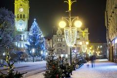 Leere Weihnachtsstadt mit Dekorationen und Lichter und der Baum Lizenzfreies Stockbild