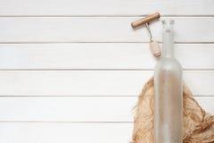 Leere Weinflasche auf dem hölzernen Hintergrund Stockbild