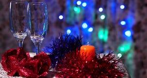 Leere Weingläser auf einer Tabelle des neuen Jahres stock video