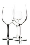Leere Weingläser auf Weiß Stockfotos