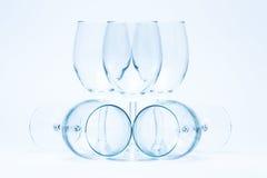 Leere Weingläser stehen und liegen symmetrisch Lizenzfreie Stockbilder