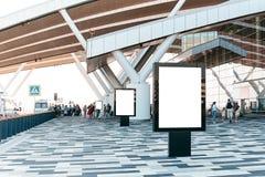Leere Werbungsanschlagtafel im Flughafen stockfoto