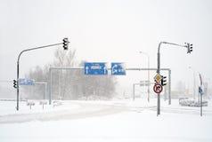 Leere Winterstraße im Blizzard Lizenzfreie Stockfotos