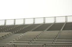 Leere Zuschauertribünen für ein Sportereignis Stockbild