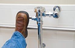 Leeren einer Toilette Lizenzfreie Stockfotos