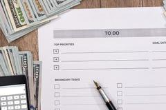 2017 leeren sich, um Liste mit Geld und Taschenrechner zu tun Lizenzfreie Stockbilder