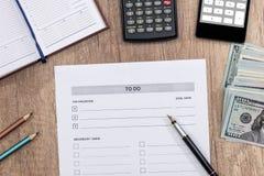2017 leeren sich, um Liste mit Geld und Taschenrechner zu tun Stockbilder