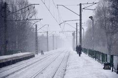 Leeren Sie Bahnhof in den schweren Schneefällen mit starkem Nebel Bahnschienen gehen weg in einen weißen Nebel des Schnees Das Ko lizenzfreie stockfotos