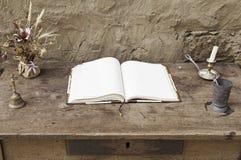 Leeren Sie Buch auf einem Holztisch Lizenzfreie Stockfotos