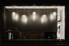 Leeren Sie das Shopfenster, das mit geführtem droplight verziert wird Lizenzfreie Stockfotografie