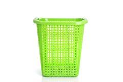 Leeren Sie den neuen grünen Plastikkorb, der auf Weiß lokalisiert wird Lizenzfreies Stockfoto