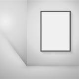 Leeren Sie den schwarzen Rahmen, der an der Wand im Raum hängt Stockfotos