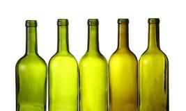 Leeren Sie die Weinflaschen des grünen Glases, die auf Weiß lokalisiert werden stockfoto