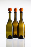 Leeren Sie drei Weinflaschen und -Golfbälle Stockbild