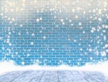 Leeren Sie Färbungsbacksteinmauer mit Eisdecke ein Bretterboden und ein Schneien, Lizenzfreies Stockbild